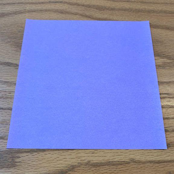 好きな色の折り紙を1枚用意する