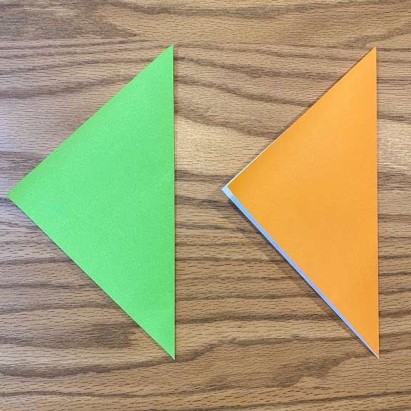 折り紙を2枚とも三角に折る