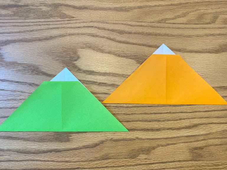 今度は縦に三角に折る