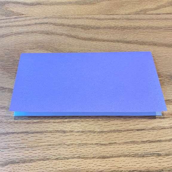 折り紙を半分に折って長方形にする