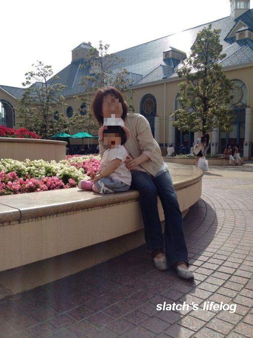 アンバサダーホテルの中庭でお散歩する娘