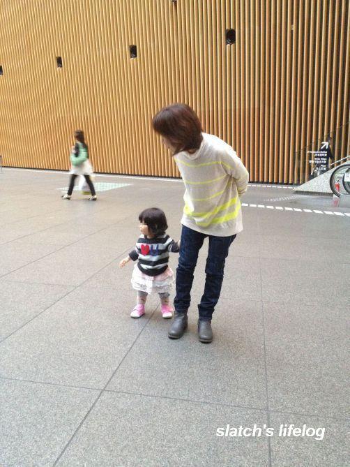 フォーラムの広場で散歩する娘